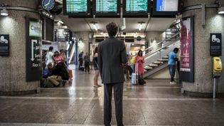 Une personne attend à la gare de Lyon part-Dieu, à Lyon, le 11 juin 2014. (JEFF PACHOUD / AFP)