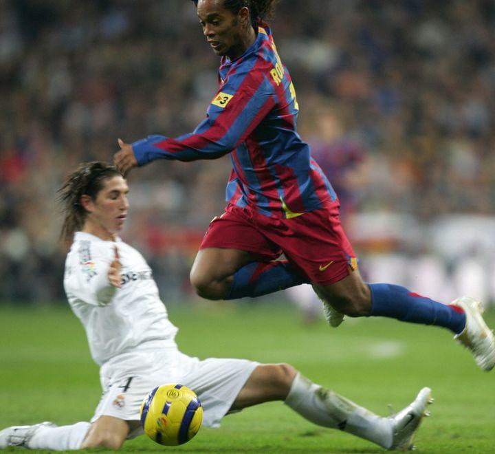 Ronaldinho saute sur Sergio Ramos juste avant de marquer lors du match deLiga au stade Santiago Bernabeu de Madrid, le 19 novembre 2005. (PIERRE-PHILIPPE MARCOU / AFP)