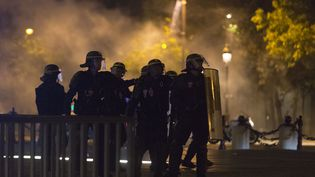 Des CRS sur l'avenue des Champs-Elysées, à Paris, après la victoire de la France contre l'Allemagne à l'Eurode football,le 7 juillet 2016. (GEOFFROY VAN DER HASSELT / AFP)