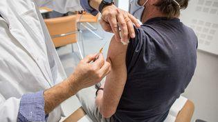 Un médecin généraliste vaccine un patient contre le Covid-19 à Gragnague (Haute-Garonne), le 26 février 2021. (FRED SCHEIBER / AFP)