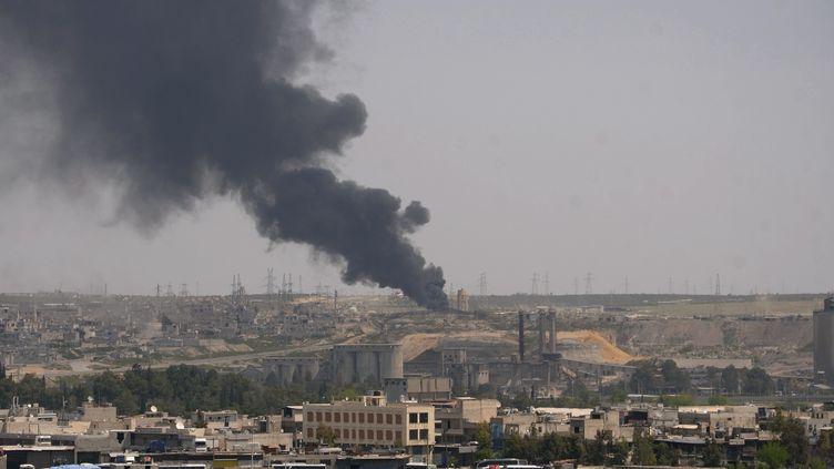 Nuage de fumée après un bombardement du régime syrien sur Alep (Syrie), le 13 avril 2013. (GEORGE OURFALIAN / REUTERS)