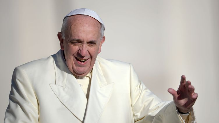 Le pape François salue la foule massée place Saint-Pierre (Vatican), mercredi 4 décembre 2013. (FILIPPO MONTEFORTE / AFP)