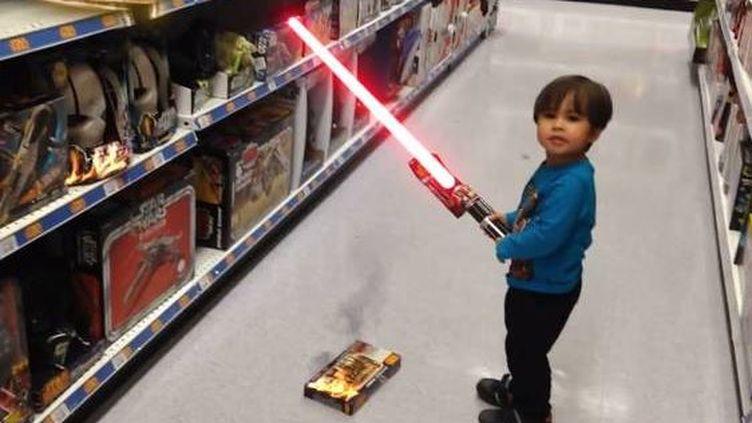 James avec son sabre laser, dans un magasin. Effets spéciaux garantis. ( YOUTUBE / FRANCETV INFO )
