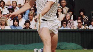 John McEnroe lors de sa demi-finale de Wimbledon contre Jimmy Connors, le 30 juin 1977. (FOX PHOTOS / HULTON ARCHIVE)