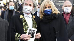 Le designerJean-Michel Wilmotte aux côtés de Brigitte Macron à l'église de la Madeleine pour un hommage à Pierre Cardin. (BERTRAND GUAY / AFP)