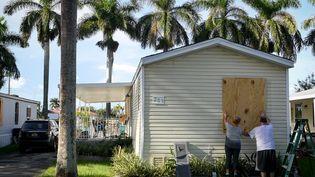 Des habitants d'Homestead, en Floride (Etats-Unis), protègent leur maison avant le passage de l'ouragan Irma, le 7 septembre 2017. (BRYAN WOOLSTON / REUTERS)