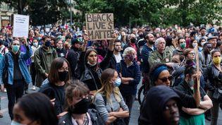 Des personnes manifestent contre les violences policièresainsi qu'à la mémoire de George Floyd et d'Adama Traoré le 10 juin 2020 à Toulouse. (MATTHIEU RONDEL / HANS LUCAS / AFP)
