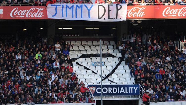 Les supporteurs de Séville rendent homme à l'ultra de l'Atletico Madrid décédé en marge du match Madrid-Deportivo (CRISTINA QUICLER / AFP)