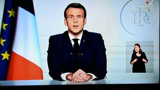 Emmanuel Macron lors de son hommage à Valéry Giscard d'Estaing le décembre 2020, depuis l'Elysée, à Paris. (CHRISTOPHE ARCHAMBAULT / AFP)