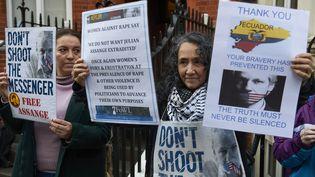 Des partisans de Julian Assange, devant l'ambassade d'Equateur à Londres (Royaume-Uni), où le fondateur de WikiLeaksvit reclus pour échapper à un mandat d'arrêt européen. (NIKLAS HALLE'N / AFP)