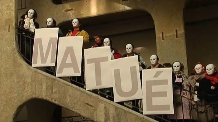 Des salariés de l'usine du fabricant de lingerie Lejaby d'Yssingeaux (Haute-Loire) manifestent à Lyon (Rhône), le 17 janvier 2012 (FTVi / FRANCE 2)