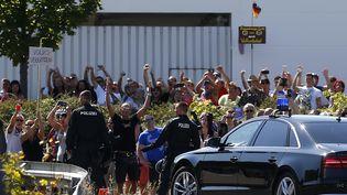 Lors du passage de la chancelièreAngela Merkeldans un centre de demandeurs d'asile d'Heidenau (Saxe, Allemagne), le 26 août 2015. (AXEL SCHMIDT / REUTERS )
