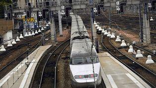 Un TGV à l'arrivée de la gare Montparnasse, à Paris, le 1er août 2017. (LIONEL BONAVENTURE / AFP)