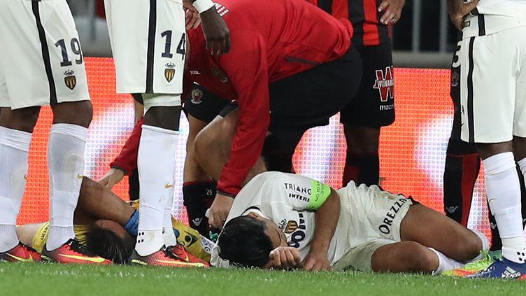 Le Colombien Radamel Falcao au sol après un choc (VALERY HACHE / AFP)