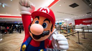 Le personnage de jeux vidéo Mario dans un magasin de Tokyo (Japon), le 19 novembre 2019. (BEHROUZ MEHRI / AFP)