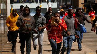 Harare, capitale de du zimbabwe : les manifestantfuient les gaz lacrymogènes après l'interdiction par la police des manifestations, contre l'austérité et l'augmentation du coût de la vie, appelées par l'opposition.  (PHILIMON BULAWAYO / X02381)