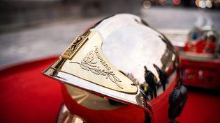Un casque de pompier posé sur la place de la République à Paris, le 2 décembre 2019. (XOSE BOUZAS / HANS LUCAS)