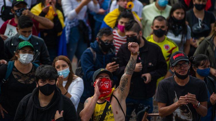 Des manifestants à Bogota, en Colombie, le 12 mai 2021, pour protester contre le gouvernement du président Ivan Duque. (SEBASTIAN BARROS / NURPHOTO / AFP)