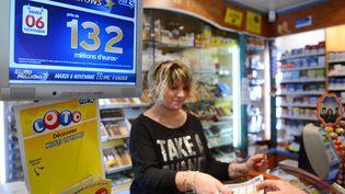 Un bureau de tabac affiche un panneau Euro Millions, le 5 novembre 2012, à Tours (Indre-et-Loire). (ALAIN JOCARD / AFP)