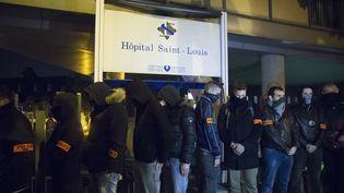 Des policiers manifestent devant l'hôpital Saint-Louis, à Paris, le 19 octobre 2016. (GEOFFROY VAN DER HASSELT / AFP)