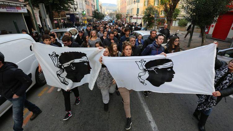 Des manifestants défilent à Ajaccio (Corse du Sud), le 27 décembre 2015. (MAXPPP)