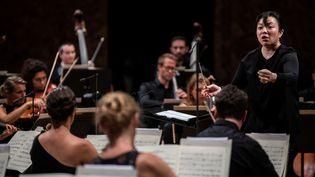 La cheffe d'orchestre Rebecca Tong pendant le concours La Maestra, à la Philharmonie de Paris. (MARTIN BUREAU / AFP)