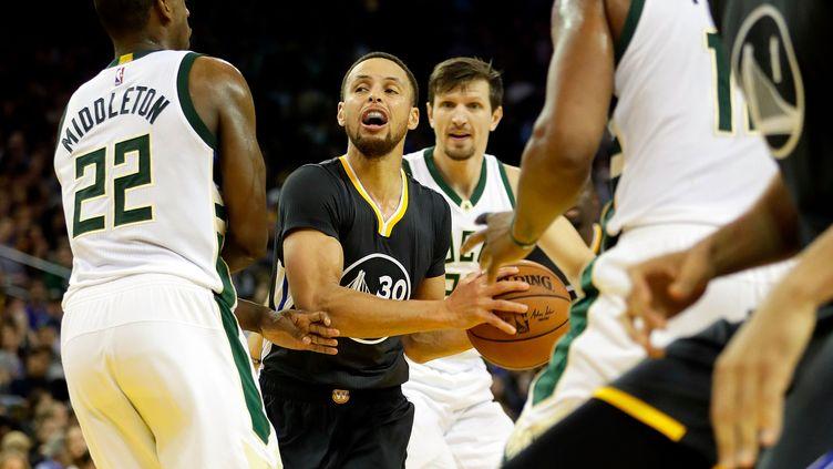 Stephen Curry à l'attaque du cercle face aux Bucks (JAMIE SQUIRE / GETTY IMAGES NORTH AMERICA)