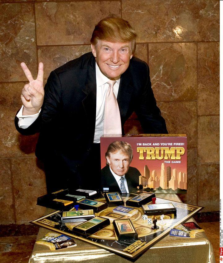 Donald Trump présente un jeu de société à son nom, le 18 août 2004, à New York (Etats-Unis). (JIM SULLEY/AP/SIPA / NEWSCAST / SIPA)