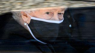 La reine Elizabeth II, en voiture, le jour des obsèques de son mari, le prince Philip,à Londres, le 17 avril 2021. (LEON NEAL / AFP)