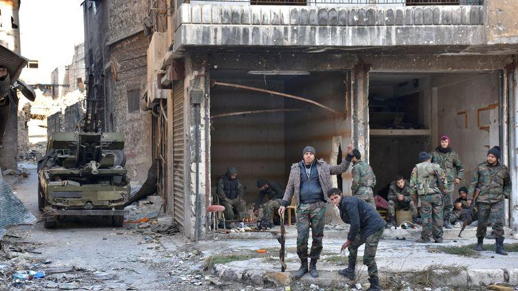 Des troupes syriennes pro-gouvernementales dans la vieille ville d'Alep, le 8 décembre 2016. (GEORGE OURFALIAN / AFP)