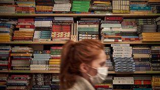 Un rayon de la librairie parisienne Shakespeare and Company spécialisée dans la littérature anglophone (KIRAN RIDLEY / GETTY IMAGES EUROPE)