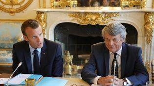 Le président de la République, Emmanuel Macron, et l'ancien ministre Jean-Louis Borloo, à l'Elysée, le 22 mai 2018. (LUDOVIC MARIN / AFP)