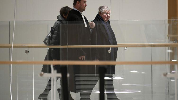 Didier Lombard (à droite), ancien PDG de France Télécom au Palais de justice de Paris, le 20 décembre 2019. Illustration. (LIONEL BONAVENTURE / AFP)
