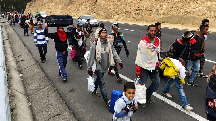 Des migrants se dirigent vers le Pérou, à Tulcan (Equateur), le 21 août 2018. (ANDRES ROJAS / REUTERS)