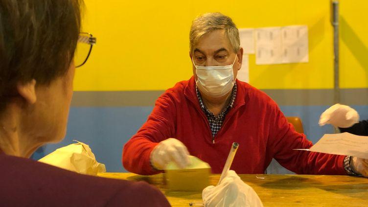 Masque indispensable pour les assesseurs dans les bureaux de vote. (MATTHIEU MONDOLONI / FRANCEINFO)