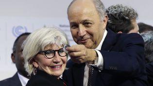Le ministre des Affaires Etrangères français, Laurent Fabius, et la chef des négociateurs français, Laurence Tubiana, samedi 12 décembre 2015, au Bourget (Seine-Saint-Denis). (AFP)