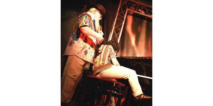Quand Hermeto Pascoal vient jouer du pandeiro dans le dos du pianiste Andre Pereira Marques... (22/07/13)  (Catherine Ledrux)