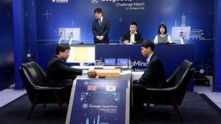 Lee Se-Dol (à droite) légende du jeu de go, a perdu face à AlphaGo, l'ordinateur de Deepmind, une filiale de Google, samedi 12 mars 2015 à Séoul (Corée du Sud). (GOOGLE DEEPMIND / AFP)