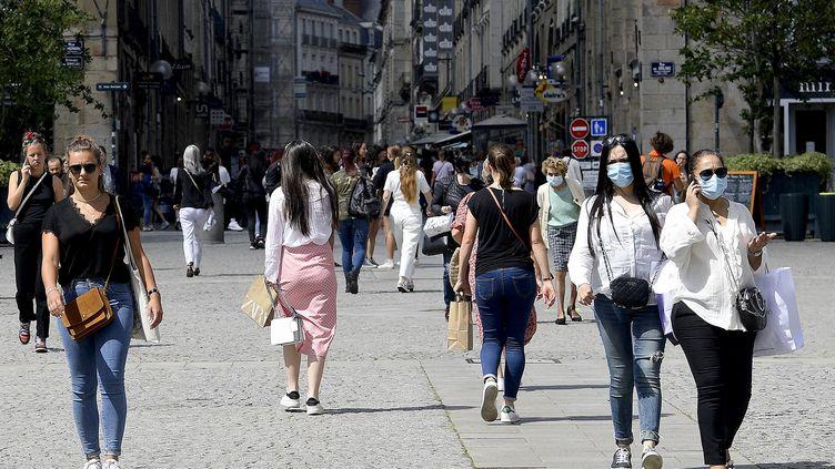 Le taux de reproduction du coronavirusestélevé en Bretagne. Le 10 juillet 2020 dans les rues de Rennes en Ille-et-Vilaine(photo d'illustration). (MARC OLLIVIER / MAXPPP)