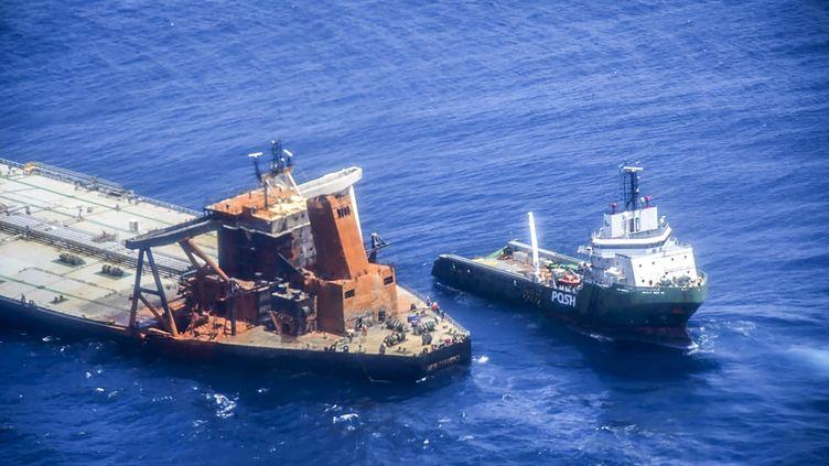 """Un navire de la marine sri lankaise approche le pétrolier """"New Diamond"""", le 10 septembre 2020 dans l'océan Indien. (SRI LANKA AIR FORCE / AFP)"""