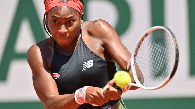 Toute la puissance de Coco Gauffen action lors de sa victoire face à Ons Jabeur le 7 juin à Roland-Garros. (MUSTAFA YALCIN / ANADOLU AGENCY)