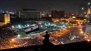 Des miliers des personnes manifestent place Tahrir, au Caire (Egypte), le 7 juillet 2013, contre Mohamed Morsi et pour soutenir l'armée. (MOHAMED EL-SHAHED / AFP)