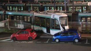 Le déraillement d'un tramway à la suite d'une collision dans la commune des Hauts-de-Seine, Issy-les-Moulineaux, a fait 12 blessés lundi 11 février. (FRANCE 3)