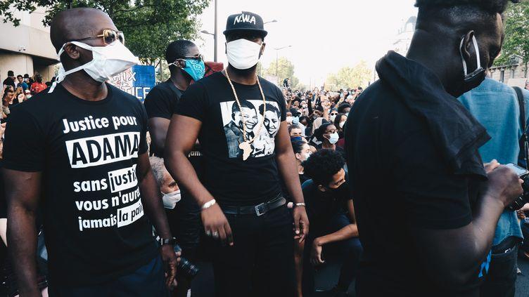 Des manifestants participent à un rassemblement contre les violences policières et pour demander la vérité sur la mort d'Adama Traoré, à Paris, le 2 juin 2020. (YOUNESS MILOUDI / HANS LUCAS / AFP)