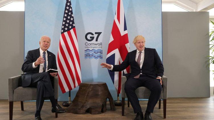 Joe Biden et Boris Johnson lors d'une rencontre avant le sommet du G7,le 10 juin 2021 à Carbis Bay (Royaume-Uni). (ANDREW PARSONS / ANADOLU AGENCY / AFP)