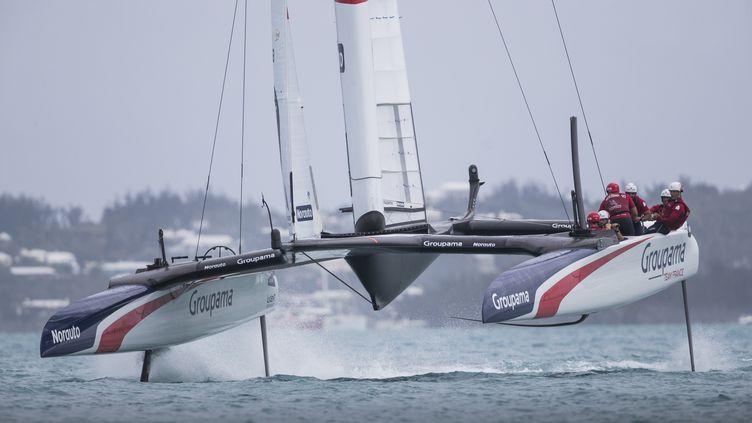 Le navire Team France du skipper Franck Cammas lors d'une épreuve de la Coupe de l'America, aux Bermudes, le 3 juin 2017. (MARK LLOYD / AFP)