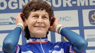 Jeannie Longo pose sur un podium après avoir gagné une course à Boulogne-sur-Mer (Nord), le 23 juin 2011. (DENIS CHARLET /AFP)
