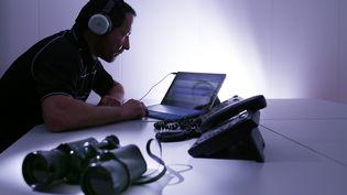 """Selon le projet de loi,le renseignement sera désormais autorisé à récupérer les """"métadonnées"""" des échanges électroniques, soit les informations qui entourent une conversation : qui envoie un message, à qui, quand, par quel support. (MAXPPP )"""
