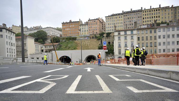 """Des ouvriers travaillent sur le chantier du tunnel de la Croix-Rousse dédié aux """"transports doux"""", le 27 août 2013, à Lyon. (MAXPPP)"""