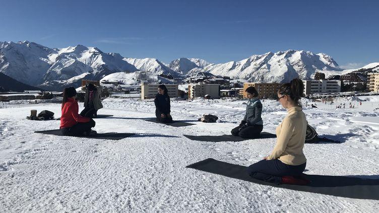 A l'Alpe d'Huez, l'ESF propose des séances de yoga en altitude.